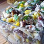 Салат с курицей, фасолью, кукурузой и овощами