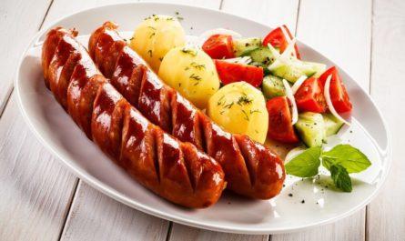 eda-doski-tarelka-sosiska-kartofel-vtorye-bluda