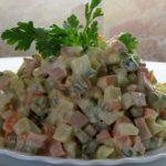 Салат с курицей, шампиньонами и свежими огурцами