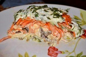 Слоеный салат «Восторг» с грибами и курицей