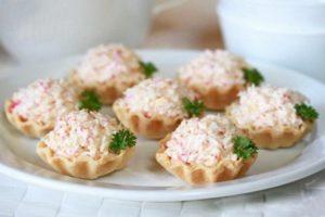 Крабовй салат в тартолетках